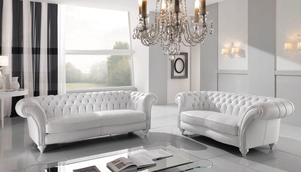 Два белых классических дивана у окна