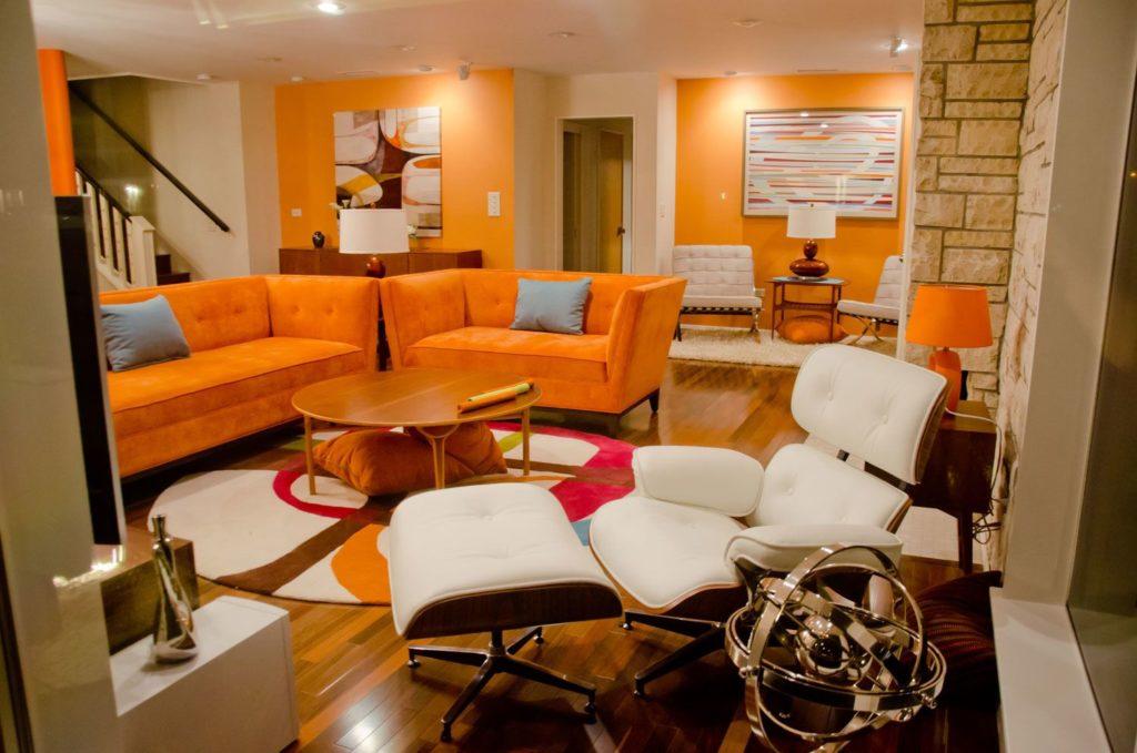 Стильный интерьер с двумя яркими диванами