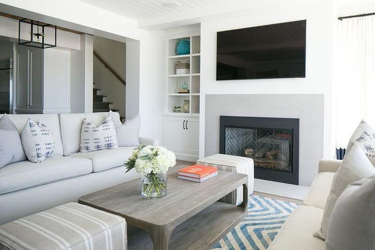 Два дивана в интерьере гостиной с камином