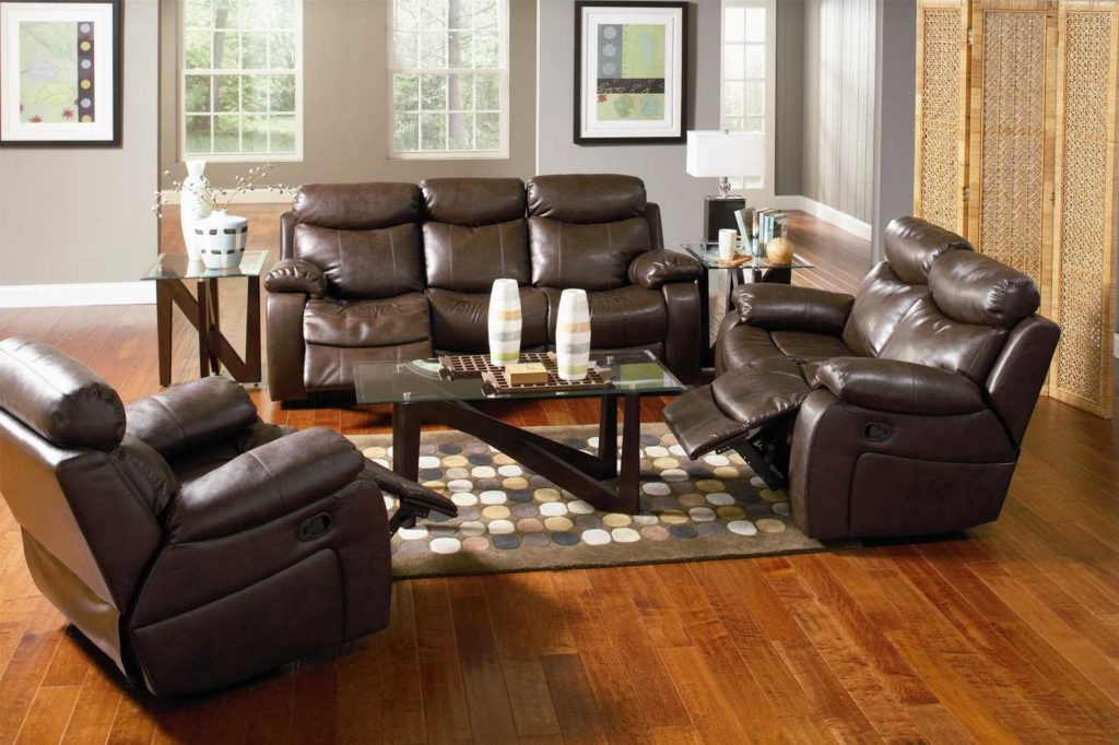 Два кожаных дивана реклайнера в гостиной