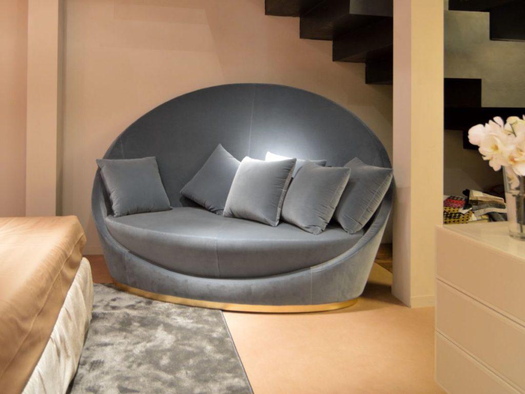 Маленький диван круглой формы