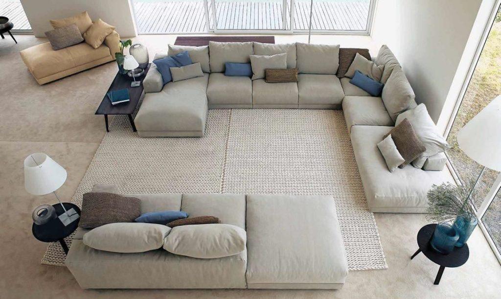 Гостиная с множеством модульных диванов