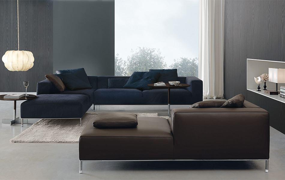 2 стильных модульных дивана разных цветов в интерьере