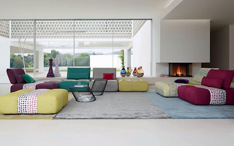 Стильный интерьер гостиной с крупными мягкими модулями