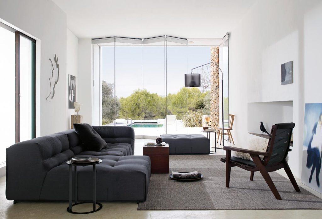 Фото модульного дивана в просторной светлой комнате