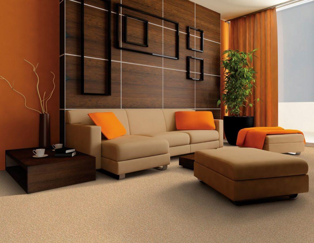 Теплая цветовая гамма гостиной с модульным диваном