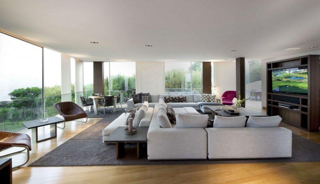 Белые модульные диваны в большой гостиной комнате