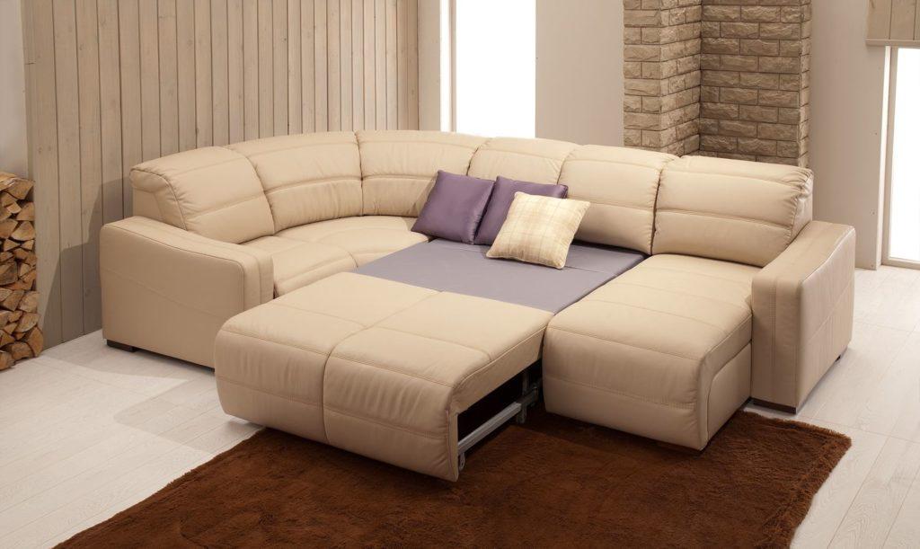 Разложенный диван в гостиной комнате