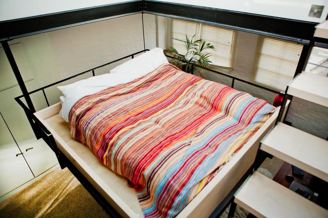 Сделать кровать под потолком своими руками